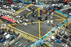 Flyg- sikt som ser ner på mycket upptagen genomskärning med tung trafik fotografering för bildbyråer