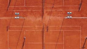 flyg- sikt Spelare spelar tennis på den orange domstolen arkivfilmer