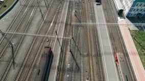 Flyg- sikt: stor järnväg föreningspunkt med järnvägsstationen och många vägar lager videofilmer