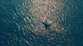 flyg- sikt Stor segla katamaran i det öppna havet arkivfilmer