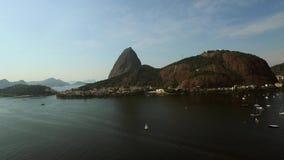 Flyg- sikt Sugar Loaf Mountain i Rio de Janeiro, Brasilien arkivfilmer