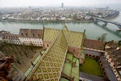 Flyg- sikt till Baselstaden från det Munster tornet på en regnig dag i Baseln, Schweiz Arkivfoton