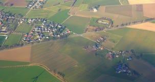 Flyg- sikt till den gräsplanfälten och lilla staden