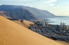 Flyg- sikt till den Iquique staden, sanddyn och havet arkivfoto