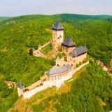 Flyg- sikt till den Karlstejn slotten Arkivfoto