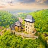Flyg- sikt till den Karlstejn slotten Arkivbilder
