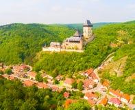 Flyg- sikt till den Karlstejn slotten Arkivbild