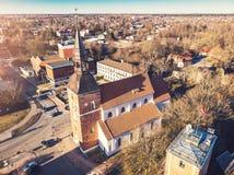 Flyg- sikt till den St Simon kyrkan i Valmiera, Lettland arkivbilder