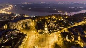 Flyg- sikt till helgonet Michael Golden Domed Cathedral i mitten av Kyiv arkivfilmer