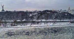 Flyg- sikt till Kieven-Pechersk Lavra och fäderneslandmonumentet i vinter stock video