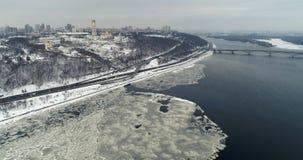 Flyg- sikt till Kieven-Pechersk Lavra och flod Dnipro i vinter lager videofilmer