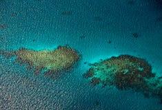 Flyg- sikt till korallrever i havet arkivbilder