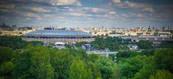 Flyg- sikt till Luzhniki stadion, skyskrapor och den historiska staden av Moskva från Vorobyovy de blodiga aka sparvkullarna arkivfoto