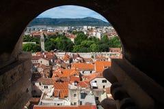 Flyg- sikt till och med stenfönstret, Diocletian slott Arkivfoton