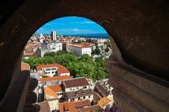 Flyg- sikt till och med stenfönstret, Diocletian slott Royaltyfri Bild