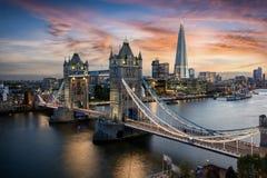 Flyg- sikt till tornbron och horisonten av London, UK royaltyfri bild
