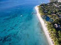 Flyg- sikt: Trou hjälpBiches strand Royaltyfri Foto