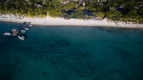 Flyg- sikt: Trou hjälpBiches strand Arkivfoton