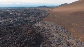 flyg- sikt Turister klättrar in i bergen Turist som promenerar en vandringsled i bergen lager videofilmer