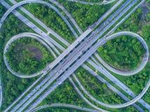 Flyg- sikt, vägkarusell, motorväg med billotter i cien Royaltyfria Foton