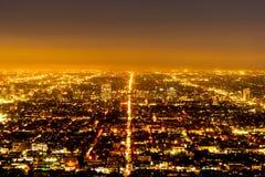 Flyg- sikt ?ver det Los Angeles centret fr?n Hollywood Hills royaltyfri foto