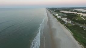 Flyg- sikt/video av ödrev, vägen mellan den inter-kust- vattenvägen och stranden & havet arkivfilmer