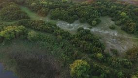 Flyg- sikt/video av denkust- vattenvägen från den norr Topsail ön, NC stock video