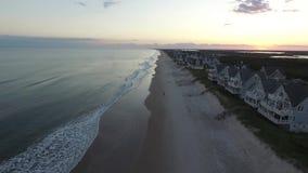 Flyg- sikt/video av solen som ställer in över den norr Topsail stranden och Carolina Inter--kust- sikter lager videofilmer