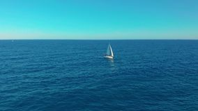 flyg- sikt Yachtsegling p? det ?ppnade havet Att segla med seglar upp på den blåsiga dagen arkivfilmer