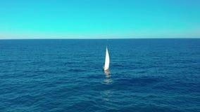 flyg- sikt Yachtsegling p? det ?ppnade havet Att segla med seglar upp på den blåsiga dagen stock video