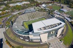 Flyg- sikter av Autzen stadion på universitetsområdet av universitetnollan arkivfoto