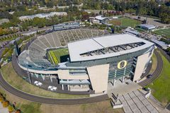 Flyg- sikter av Autzen stadion på universitetsområdet av universitetnollan royaltyfri bild