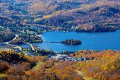 Flyg- siktsMont Tremblant lake och by Arkivfoton