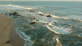 Flyg- skjutit flyg framåtriktat över stranden i Povoa de Varzim, Portugal på soluppgång stock video