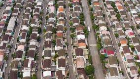 Flyg- skott av bostads- hus solljus solig dag arkivfilmer