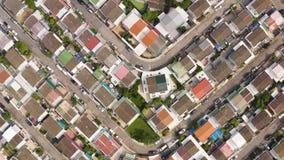 Flyg- skott av bostads- hus solljus solig dag stock video