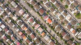 Flyg- skott av bostads- hus solljus solig dag lager videofilmer