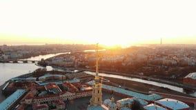 Flyg- skott av den Peter och Paul fästningen på den Zayachy ön på solnedgången, historiskt centrum av St Petersburg royaltyfri foto