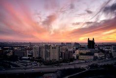 Flyg- skott av den Siberian huvudstadNovosibirsk staden på solnedgången royaltyfri foto