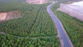 Flyg- skott av den tomma Kolavägen i morgondimma, taiga, norr Ryssland arkivfoto