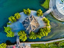 FLYG- skott av den traditionella pagoden längs den Wuyang floden, Guizhou, Kina royaltyfria bilder