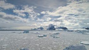 Flyg- skott av det antarktiska havet Snabba flyttningmoln stock video