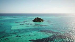 Flyg- skott av en cay som lokaliseras på det karibiskt stock video