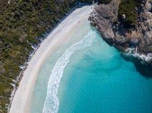 Flyg- skott av en härlig strand med blått vatten och vit sand arkivfoto