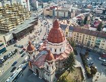 Flyg- skott av förklaringdomkyrkan i Targu Mures den gamla staden arkivbild