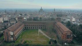 Flyg- skott av historiska Castello Visconteo eller Visconti slott och cityscapen av Pavia, Italien royaltyfri bild