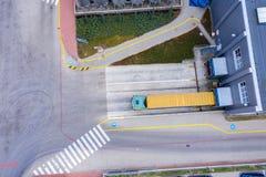 Flyg- skott av lastbilen med den fäste halva släpet som lämnar Industri arkivfoto