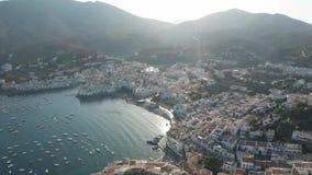 Flyg- skott av lilla staden Cadaques på soluppgång lager videofilmer