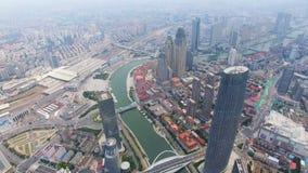 Flyg- skott av moderna byggnader och stads- cityscape, Tianjin, Kina lager videofilmer