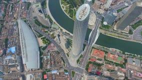 Flyg- skott av moderna byggnader och stads- cityscape, Tianjin, Kina stock video